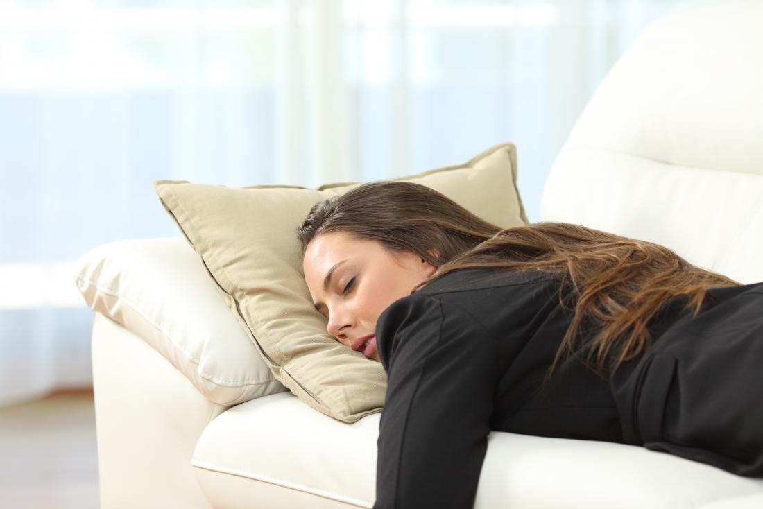 jovem mulher dormindo no sofá