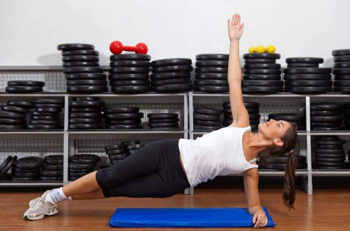 Femme effectuant la pose de yoga Side Plank