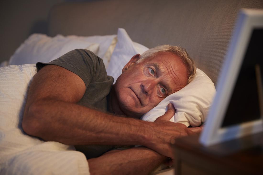 người đàn ông đối phó với chứng mất ngủ