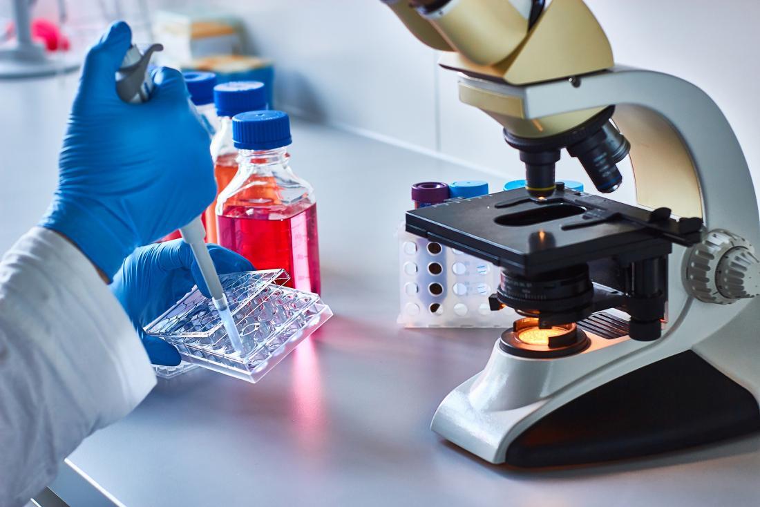 cientista conduzindo pesquisas sobre o câncer