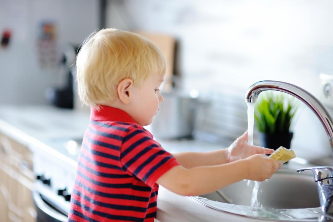 Cậu bé đang tắm rửa.