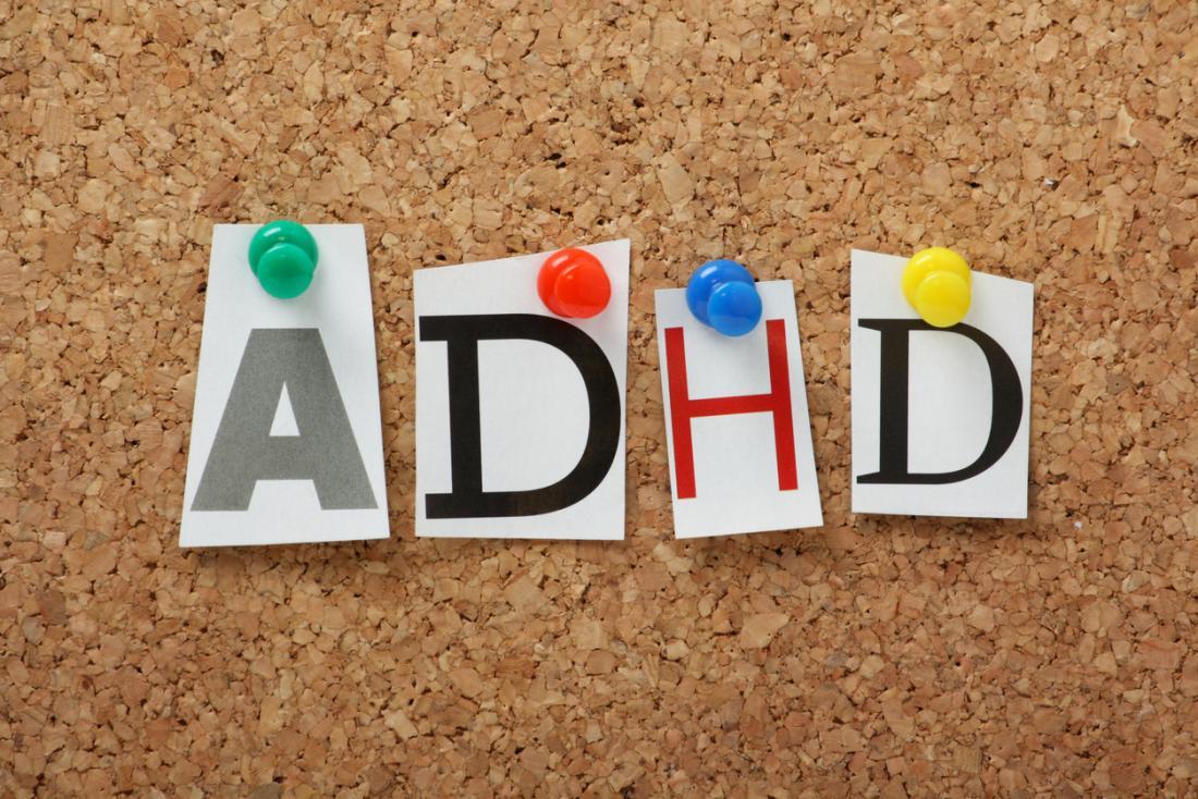 un tableau d'affichage avec ADHD épinglé sur