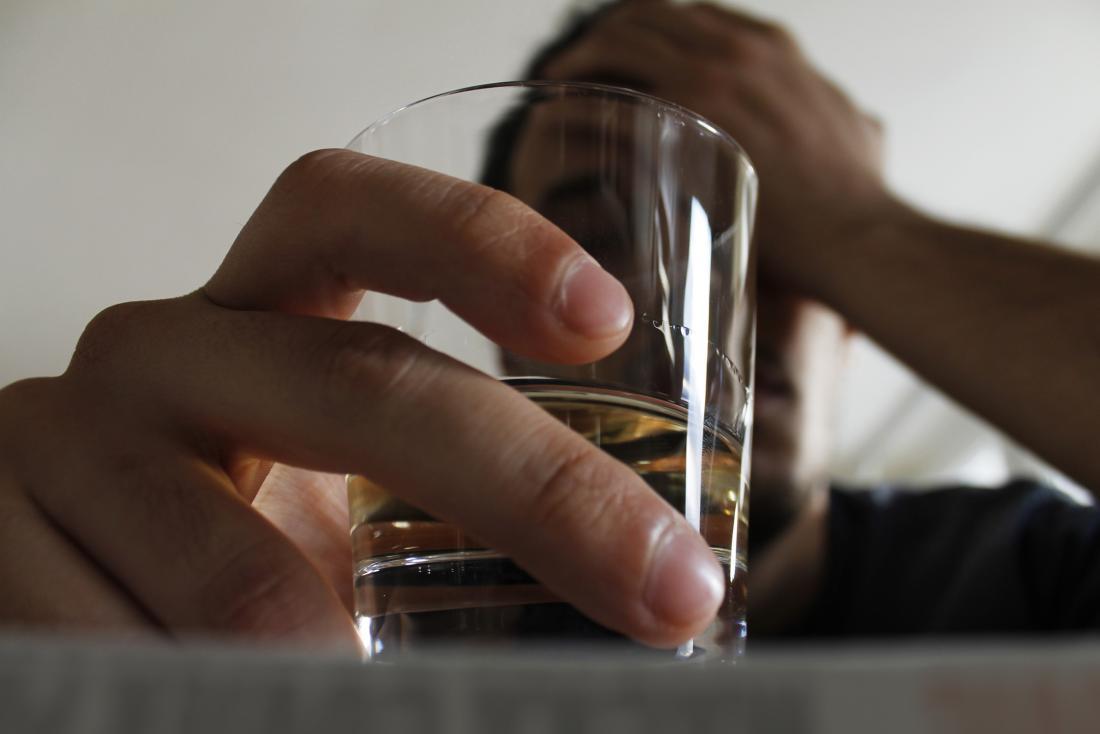 Homme buvant seul