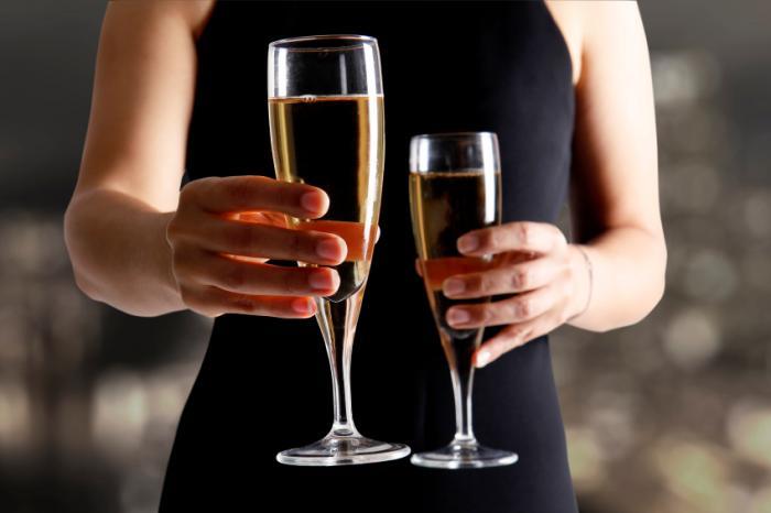 Eine Frau feiert mit Champagner
