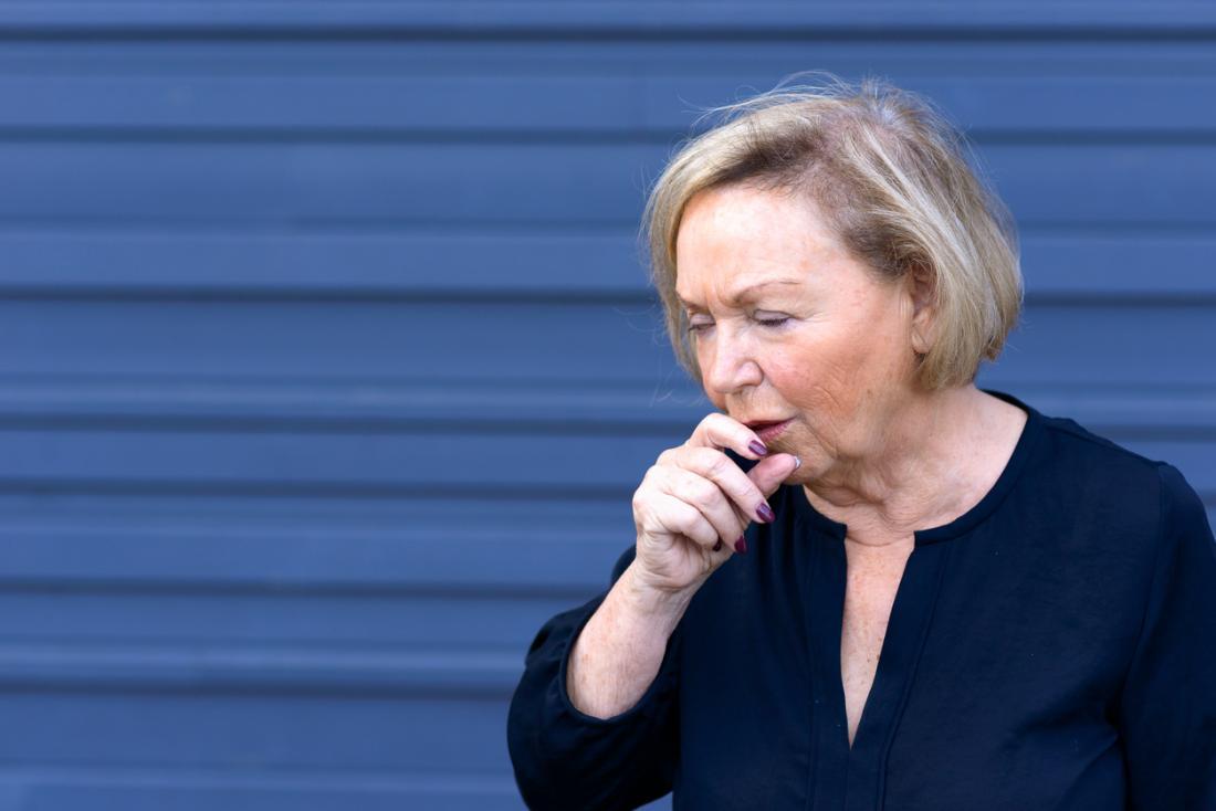 Starsza kobieta kaszel