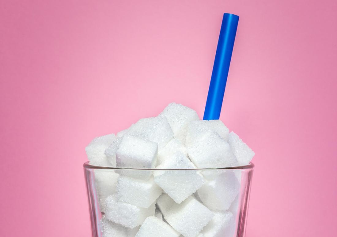 Copo cheio de açúcar.