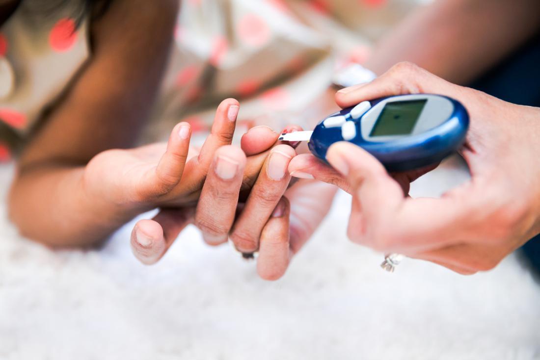 医者は患者の血糖値を測定します。