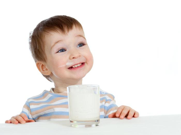 Kind genießt Milch
