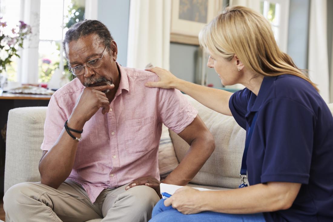 starszy mężczyzna omawianie depresji z doradcą