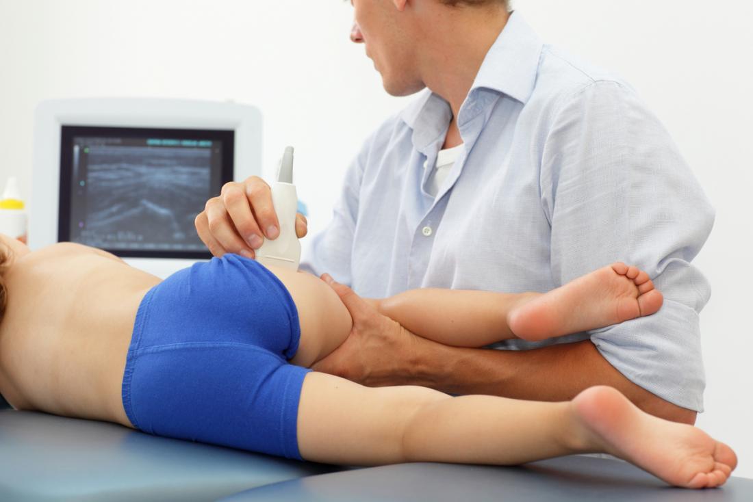 Kind mit Ultraschall an der Hüfte