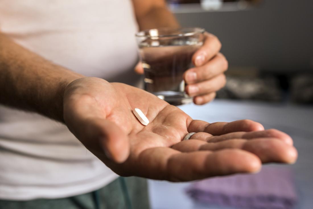 Tablette in der Hand des Mannes gehalten