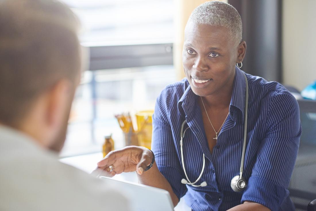 Доктор обяснява нещо на пациент.