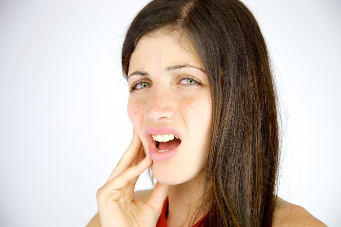 femme avec douleur dans la mâchoire