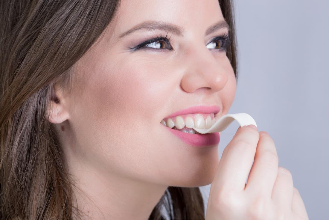 fille sur le point de manger une bande de chewing-gum