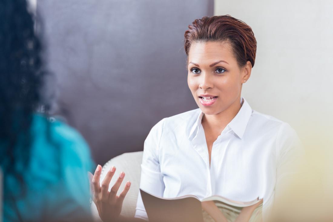 Estetista e spa lavoratore spiegando i servizi al cliente.