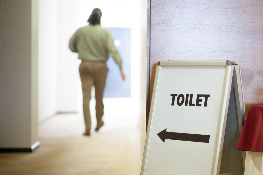 człowiek w tle pozycji do toalety