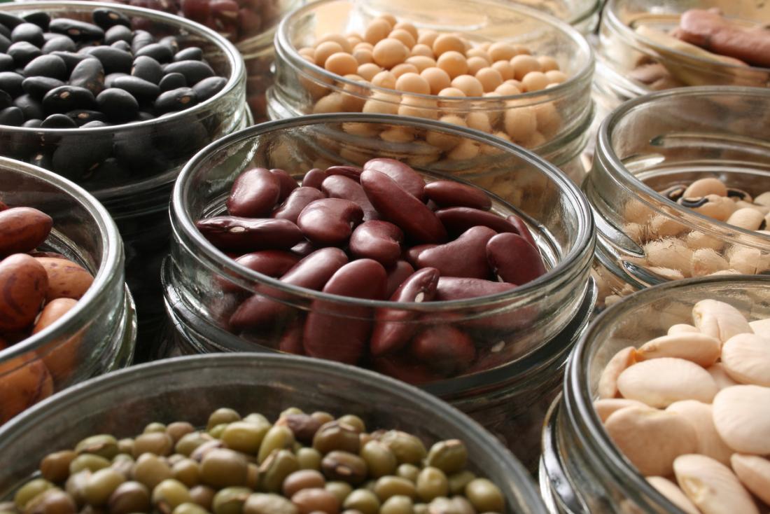 lựa chọn các loại đậu khác nhau trong lọ