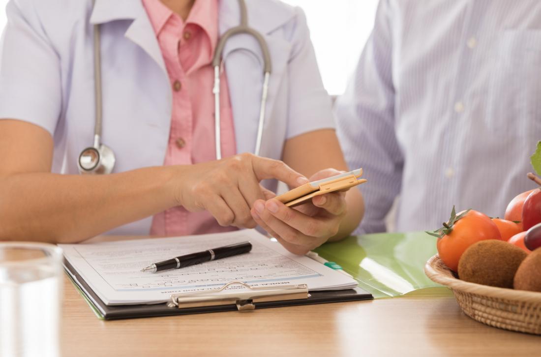 Beslenme uzmanı hasta ile yemek planı tartışıyor.