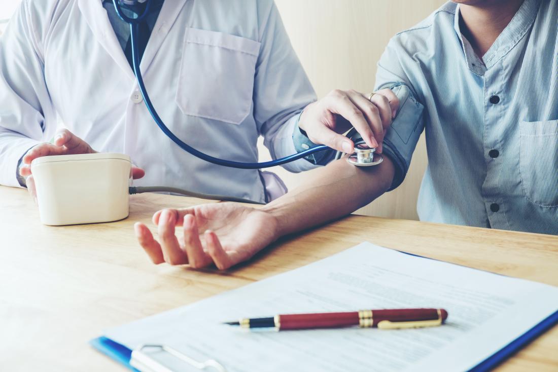 Person, die ihren Blutdruck gemessen hat.