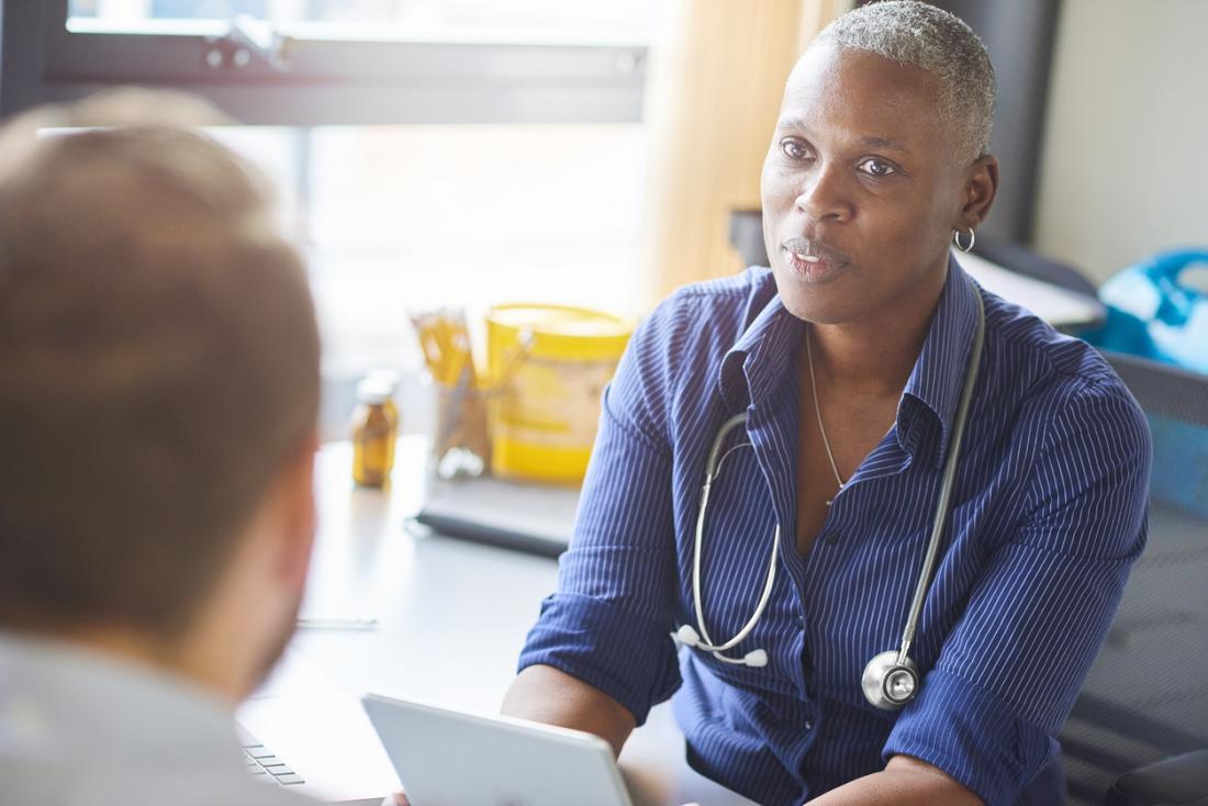 Médica falando com o paciente.