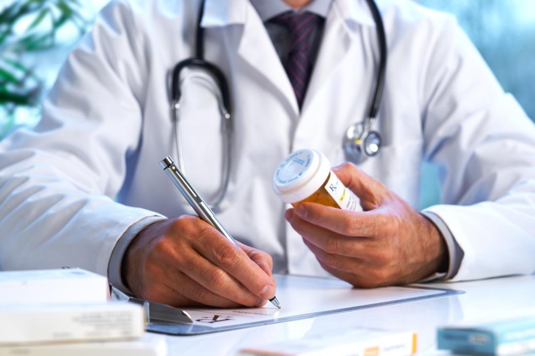 Arzt verordnet Medikamente