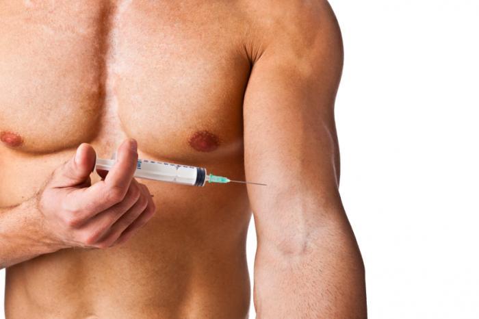 Kaslı bir adam kendini enjekte ediyor.