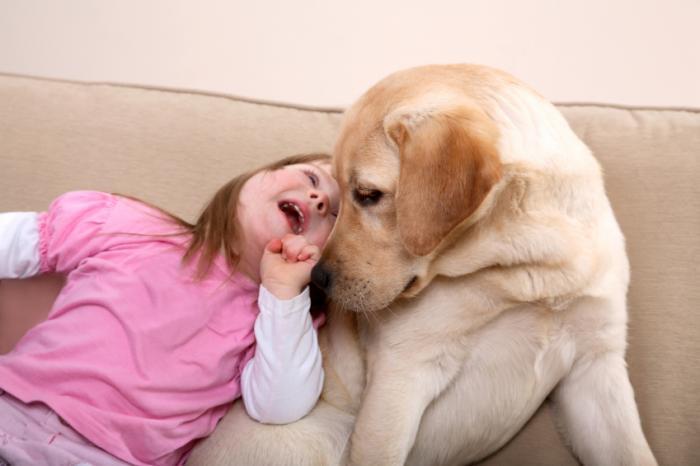 Chó và cô gái trẻ