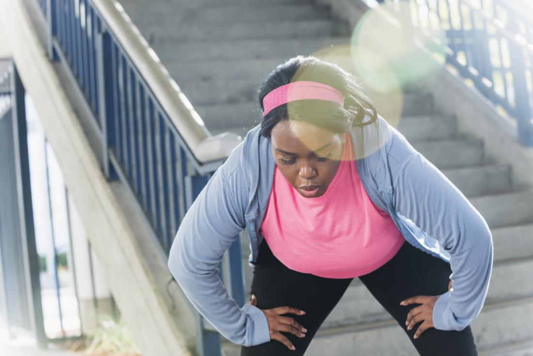息を切らして走っている女性。