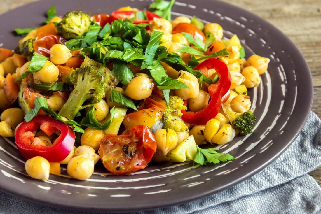 spezzatino vegano con ceci e verdure, compresi pomodori, broccoli e peperoni.