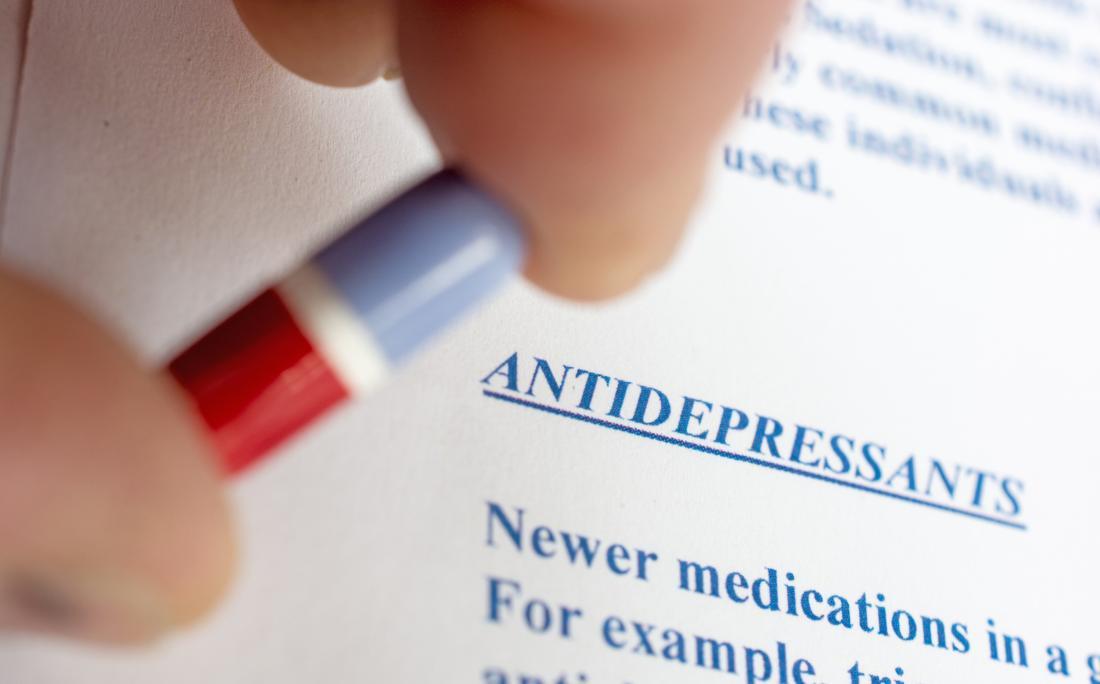 một mô tả về thuốc chống trầm cảm và một người đang cầm một viên thuốc