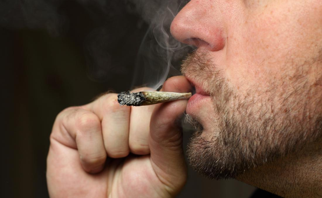 jeune homme, fumer du cannabis