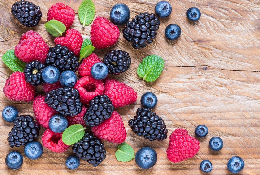 Uma variedade de frutas em uma placa