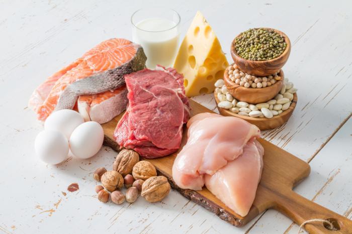alimentos proteicos, incluindo carne, peixe, nozes, queijo, leite, ovos e leguminosas