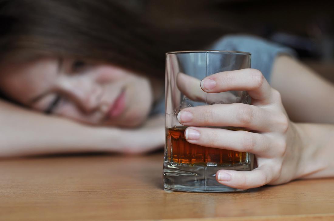 người phụ nữ uống rượu whisky