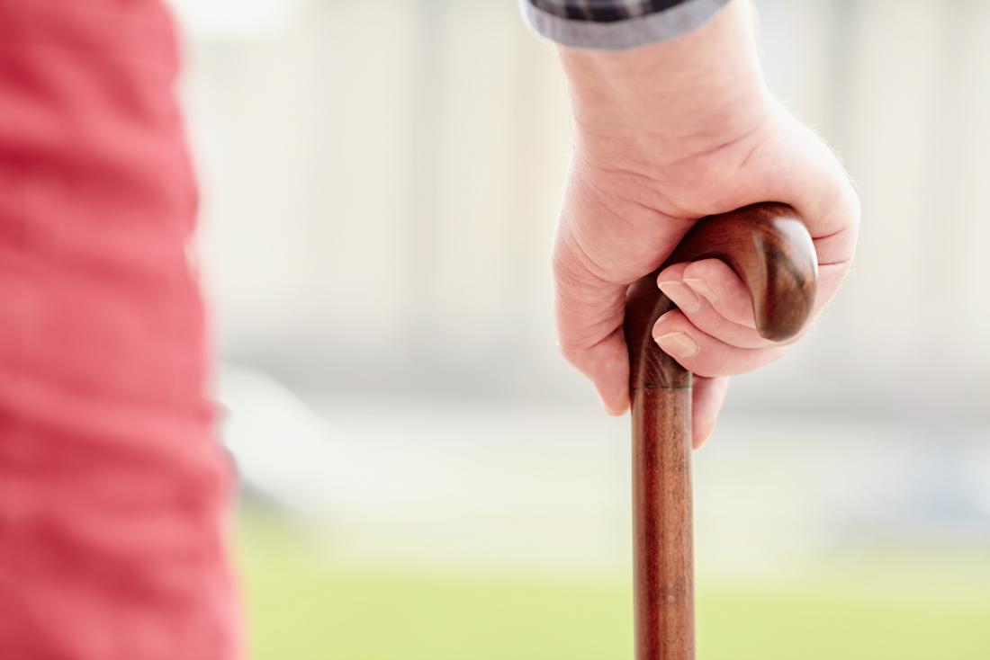 người lớn tuổi với gậy đi bộ