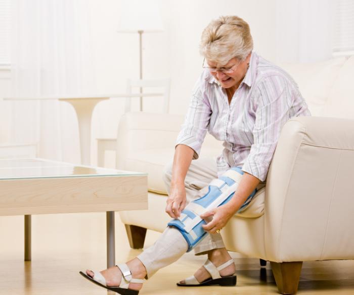 Một người phụ nữ điều chỉnh một cú đúp đầu gối.