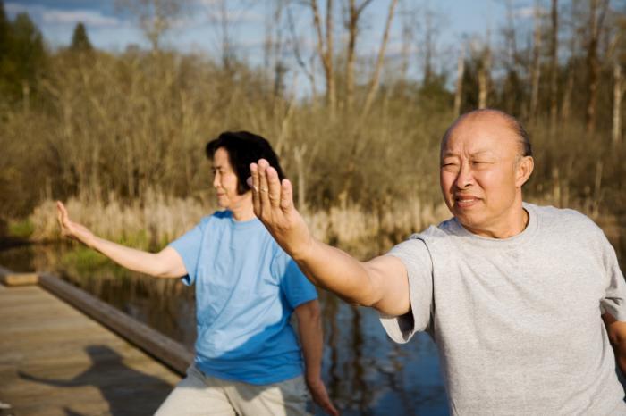 Adulti più anziani che fanno tai chi.