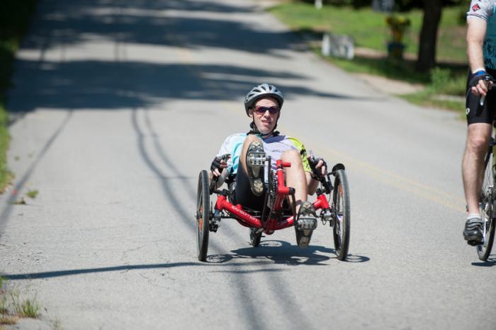 Una persona che usa una bicicletta sdraiata.