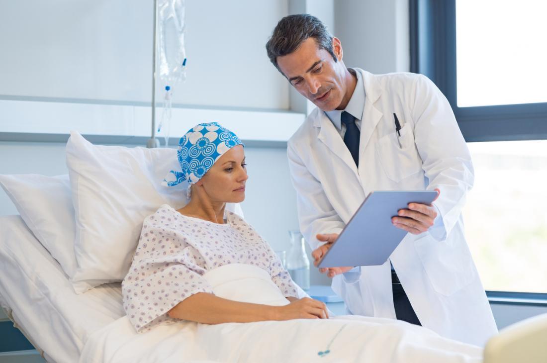 Bệnh nhân ung thư nữ với bác sĩ nam.