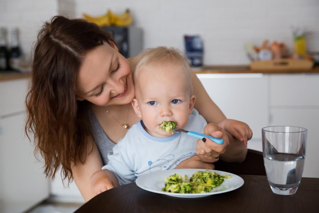 Quando si allattano i bambini, assicurarsi di mangiare lentamente, solo pezzi maneggevoli, per evitare il soffocamento.