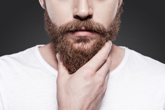 [Mężczyzna głaszczący swoją brodę