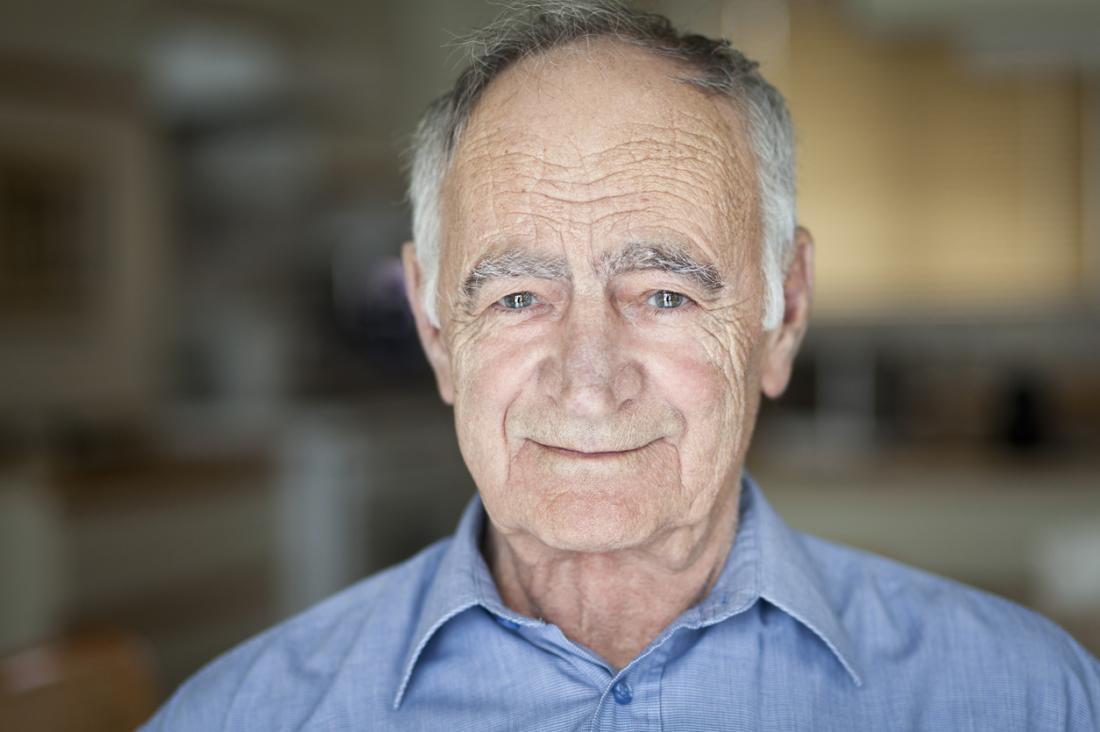 anziano con capelli calvizie grigi