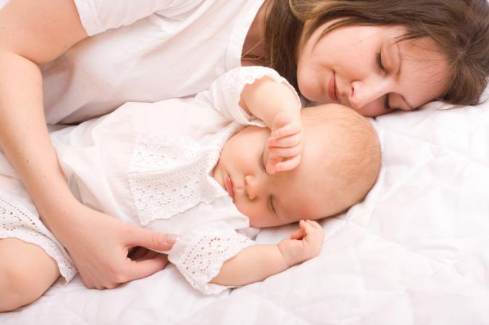Mẹ ngủ trên giường với em bé