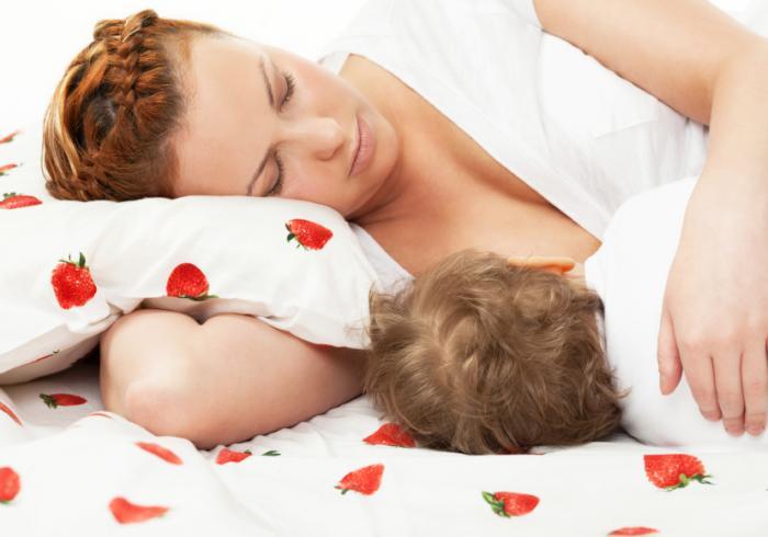 Mẹ cho con bú sữa mẹ trong khi ngủ chung giường