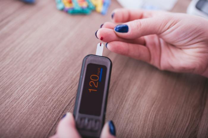 kadın kan şekeri testi alır