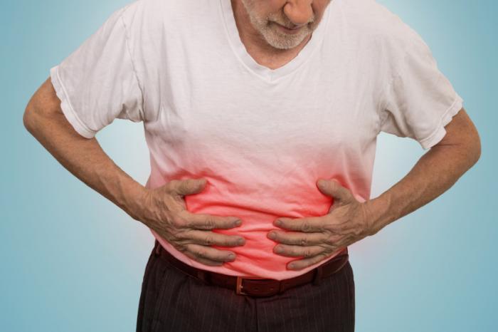 um homem com dor de estômago