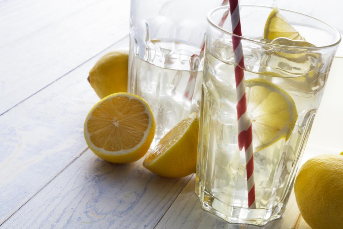 Due bicchieri di acqua al limone