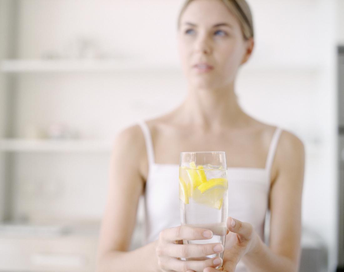 Người phụ nữ uống nước chanh