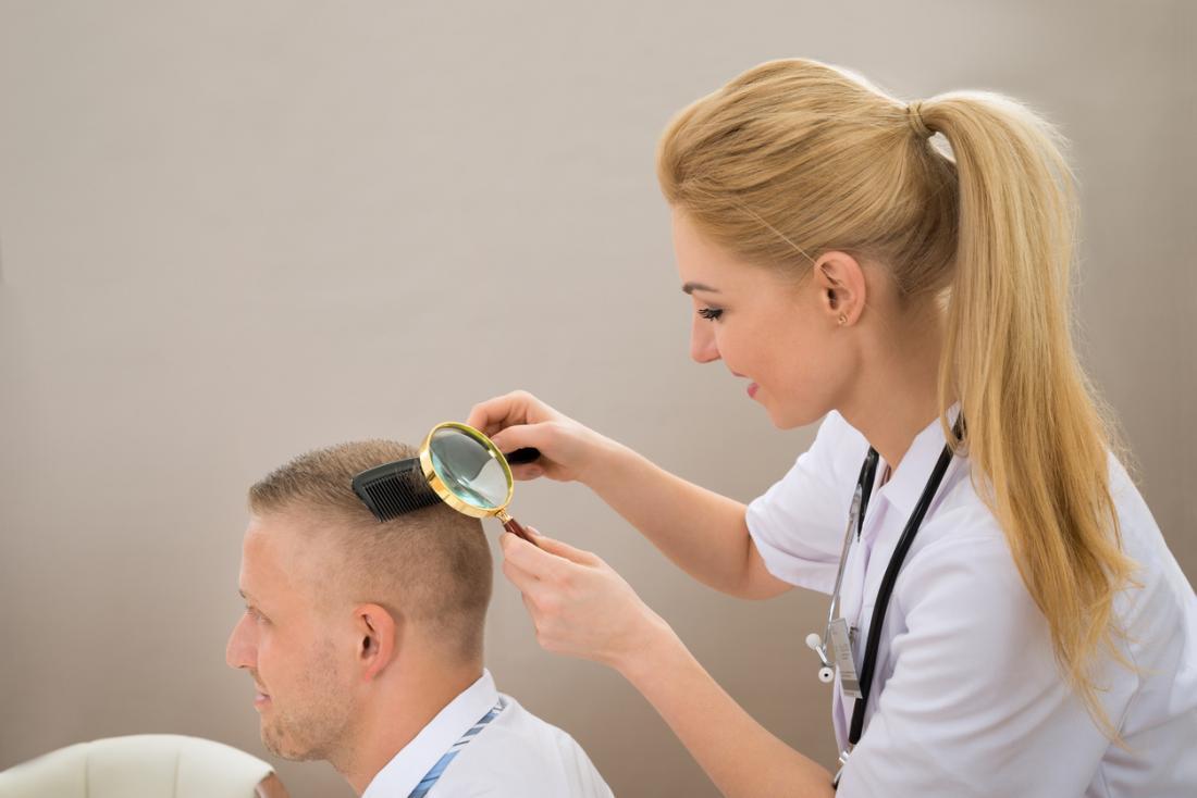 Nữ bác sĩ da liễu chải và điều tra tóc của một người đàn ông