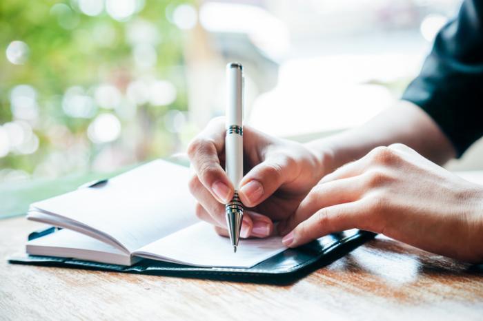 escrevendo um diário para sintomas da OAB